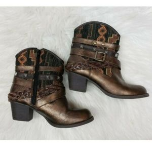 BKE Pluto Studded Cowgirl Ankle Boots